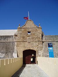 Castillo de Santa Catalina. La bandera ondea a media asta por la muerte de seis soldados del Ejército español en el Líbano (junio de 2007).