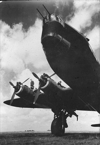Short Stirling - Ground crew performing maintenance tasks
