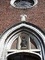 Sint-Antoniuskapel - nis boven kerkpoort.jpg