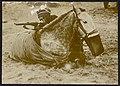 Soldaat met geweer die zich verschanst achter een liggend paard (2941856668).jpg