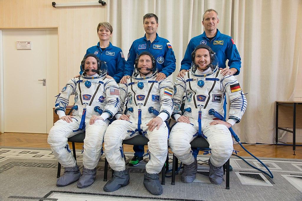 Soyouz-FG (Soyouz MS-11) - 3.12.2018 1024px-Soyuz_MS-09_crew_with_backup_crew_at_the_Baikonur_Cosmodrome