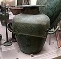 Stamnos in bronzo, dalla tomba del guerriero nella necr. dell'osteria, 530-510 ac ca. 02 e simpulum.jpg