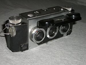 Stereo photography techniques - The Stereo Realist, which defined a new stereo format. The middle lens is for view-finding.