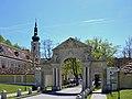 Stiftstor Heiligenkreuz.jpg