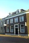 foto van Herenhuis uit het begin van de 19e eeuw, met geblokte hoekpilasters, met fraaie deur en deuromlijsting met jonische pilasters