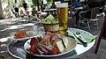 Tagmanĝo kun biero en Ŝengeno, Luksemburgio.jpg