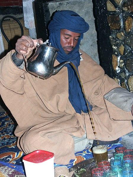 الامازيغ ((البربر)) 450px-Tea_serving