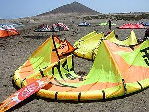 Sport in Tenerife - Preparación para una jornada de kitesurf en El Médano.