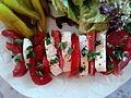 Tomates mozzarella, accompagnées de piments et d'une salade verte composée 04.jpg