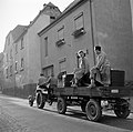 Tractor met druivenplukkers en kuip met de druivenoogst in de straten van Kröv, Bestanddeelnr 254-4198.jpg