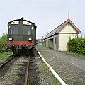 Trein op spoorlijn met NP-30 rails naast perrongebouw, bij de spoorwegremise van Goes - Goes - 20396382 - RCE.jpg