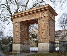 Siegessymbol über die Revolution: Das Triumphtor in Potsdam (Quelle: Wikimedia)