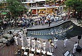ジ・アベニュー・パタヤ内で演奏会を行うアメリカ海軍