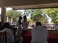 Uma professora quem esta a dar um discurso para Dia da Paz na celebração do comunidade.jpg