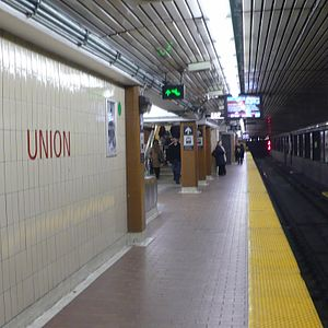 Union station (TTC) - Station platform in 2009 with white and brown ceramic wall tiles from the 1980s