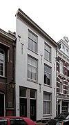 foto van Pand thans bestaande uit drie bouwlagen en kap loodrecht op de straat en een kelder