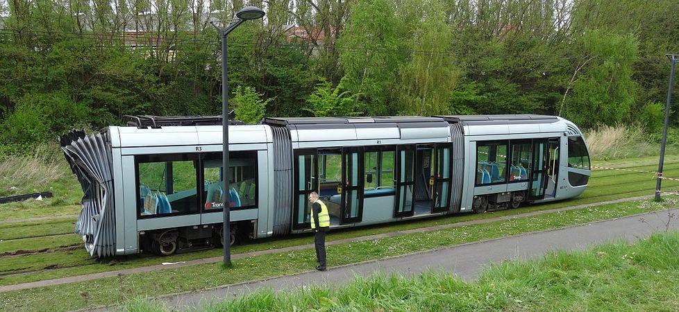 Valenciennes & Anzin - Déraillement de la rame de tramway n° 17 à la sortie du dépôt de Saint-Waast le 11 avril 2014 (107).JPG