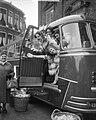 Vertrek bloemenmeisjes naar EXPO Brussel Haarlem, Bestanddeelnr 909-5014.jpg