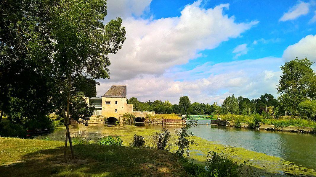 Moulin à eau dit moulin du Froment, sur les bords du Loir à Villevêque (Maine-et-Loire, France).