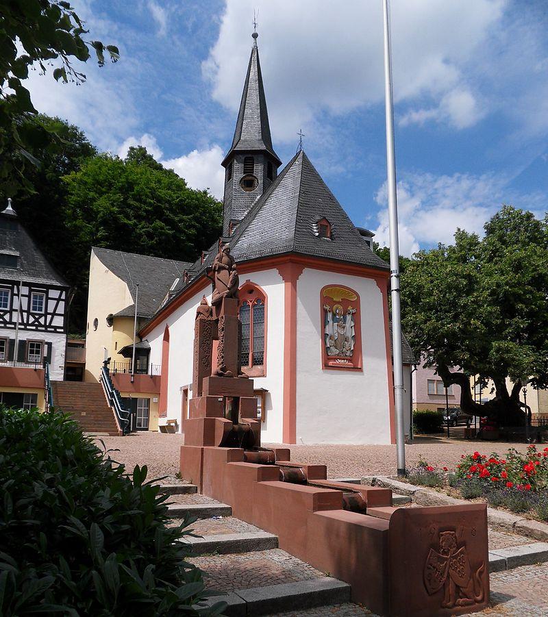CC BY-SA 3.0 de File:WIFrauensteinKircheGeorgsbrunnenBlutlinde.JPG Erstellt: 13. Juli 2010