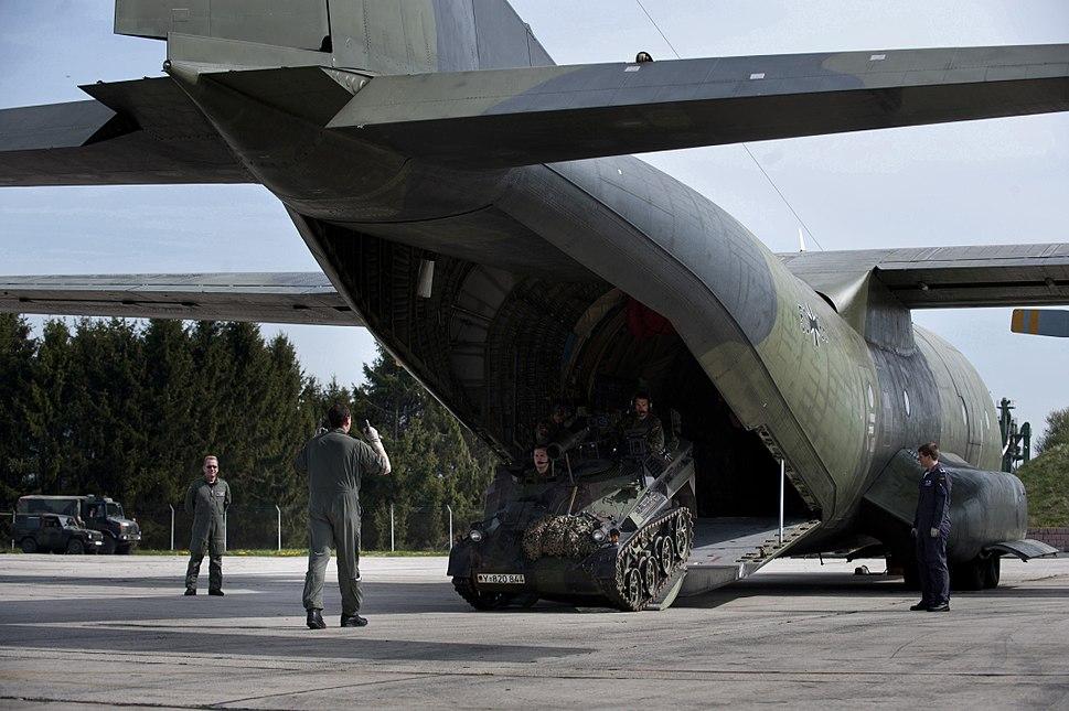 Waffenträger Wiesel wird in eine Transall verladen