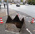 WiesbadenBahnhofsplatzSalzbachkanalAbstiegsöffnung.JPG