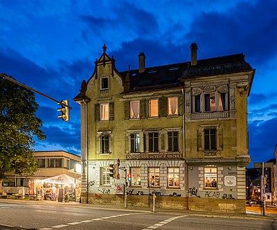Wilhelmstraße 17 in Tübingen mit Unckel im Erdgeschoss zur blauen Stunde.jpg