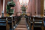 Wismar, St. Nikolai, Blick durch das Mittelschiff auf den Altarraum.JPG