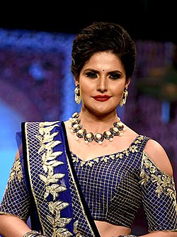 Zareen Khan walks for Archana Kochhar's fashion showcase (08) (cropped).jpg