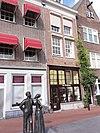 foto van Voorhuis met vast achterhuis met twee verdiepingen onder met blauwe Hollandse pannen gedekt schilddak