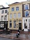 foto van Pand met twee verdiepingen onder met blauwe hollandse pannen gedekt zadeldak met schild