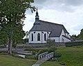 Österåkers kyrka med minneslund.jpg