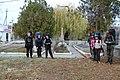 Группа туристів біля памятника, осінь 2014 рік.jpg