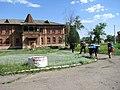Туристи біля садиби Миклашевських.jpg