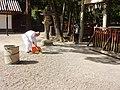 休ヶ岡八幡宮 朝の清掃.jpg