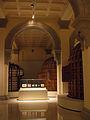 025 Sala amb teixits coptes i estructures de fusta dels absis.jpg