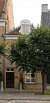 foto van Eenvoudig klein huis met schilddak en kroonlijst op consoles