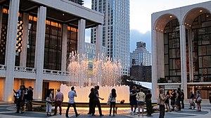 150919 003 Lincoln Center - fontána Revson, divadlo Koch, Metropolitní opera (21223352214) .jpg