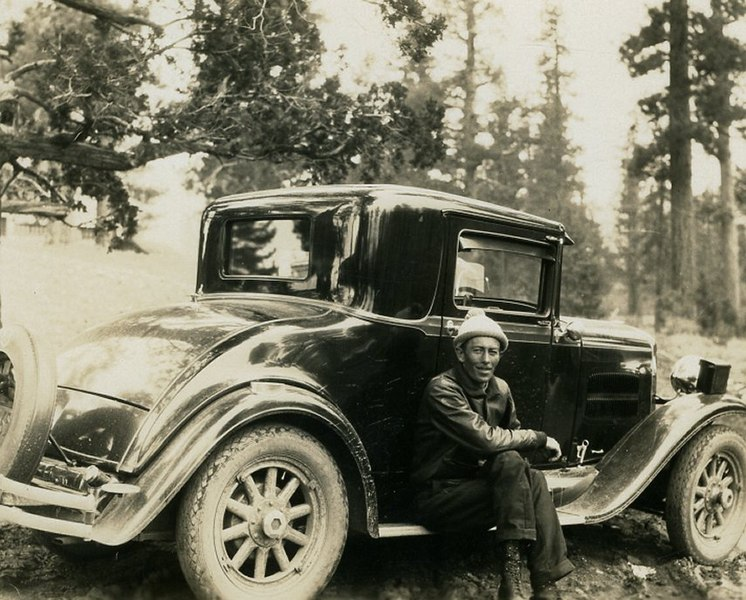 File:1930 black Essex automobile with man.jpg
