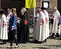 2017-06-15, Fronleichnamsprozession auf dem Freiburger Münsterplatz, Gewänder mit Jerusalemkreuz.jpg
