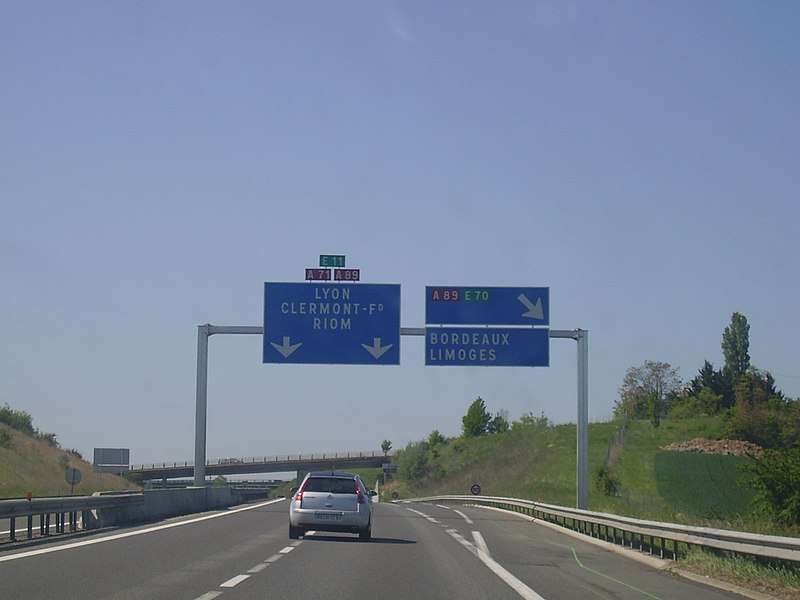 Bifurcation A 71 - A 89 direction Clermont-Ferrand. À partir d'ici, l'A 71 a la double numérotation (A 71-A 89).