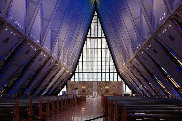 Interior de la Capilla Protestante, Capilla de Cadetes de la Academia de Fuerza Aérea de los Estados Unidos, Colorado Springs