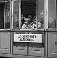 A család a Fogaskerekű kocsijának ablakában. Fortepan 31012.jpg