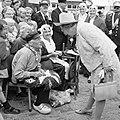 Aan Koningin Juliana worden oude ambachten gedemonstreerd, Bestanddeelnr 922-5389.jpg