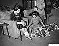 Aanbieden cadeaus door Verbindingsdienst der Landmacht Prinses Marijke , v.l.n.r, Bestanddeelnr 911-0419.jpg