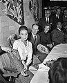 Aankomst Audrey Hepburn en Mell Ferrer op Schiphol, Bestanddeelnr 910-7160.jpg