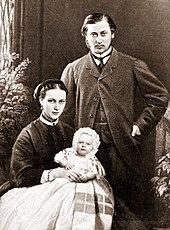 Edoardo, Alessandra, e il loro primogenito, Alberto Vittorio nel 1864.