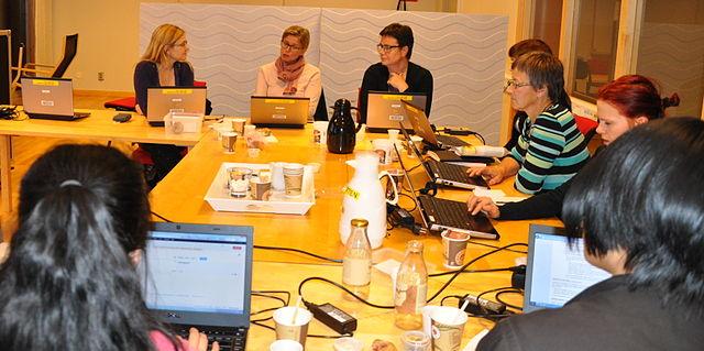 En bild på kvinnor framför laptops.