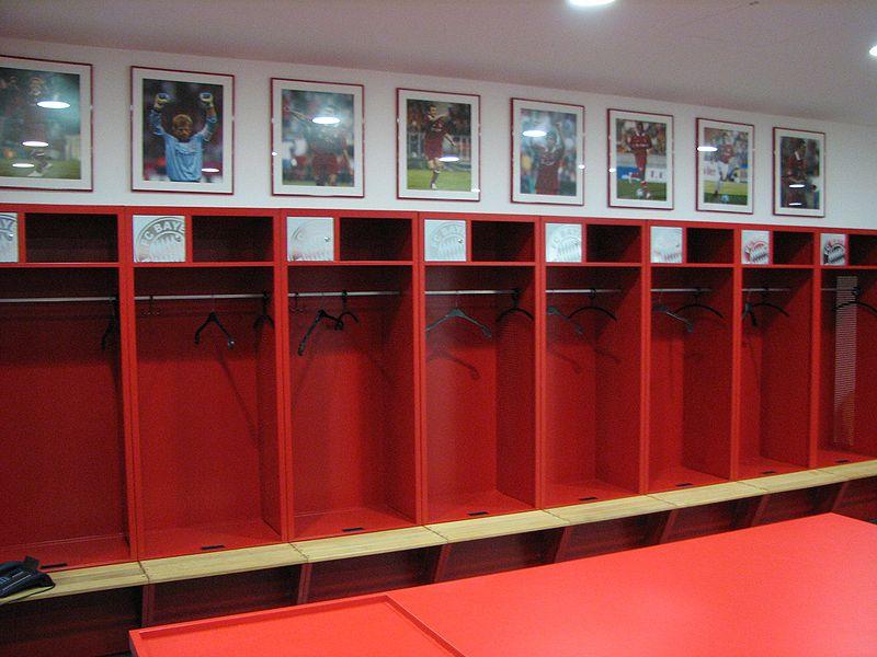 File:Allianz Arena Umkleideraum Bayern 01.jpg