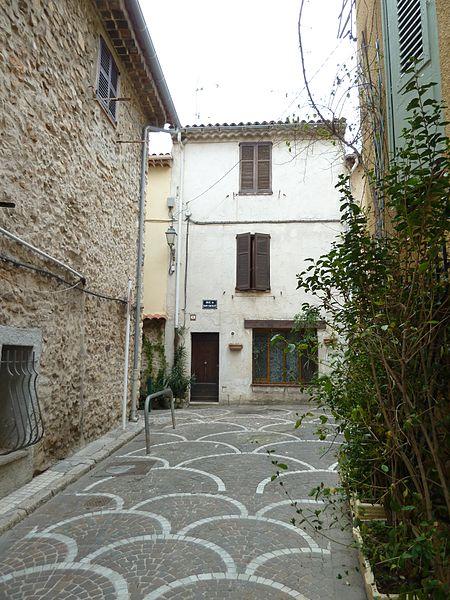 Antibes rue des revennes vers rue du haut castellet